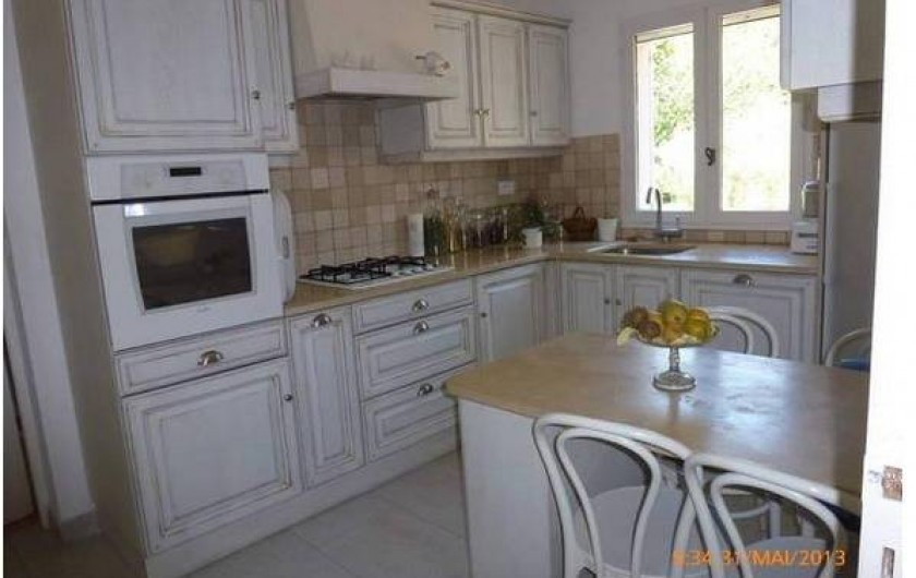 Location de vacances - Maison - Villa à Mérindol - Cuisine avec vue sur le Luberon