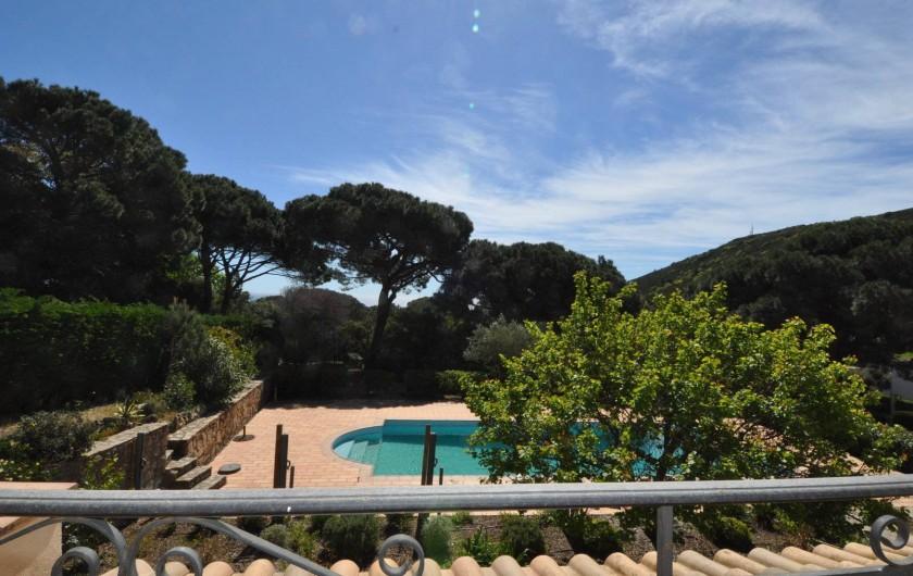 Location de vacances - Appartement à Ramatuelle - Vue mer balcon acces au piscine