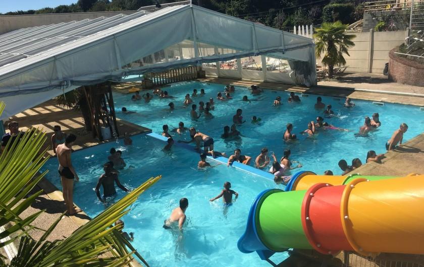 Location de vacances - Camping à Warlincourt-lès-Pas - piscine couverte chauffée découvrable avec toboggans