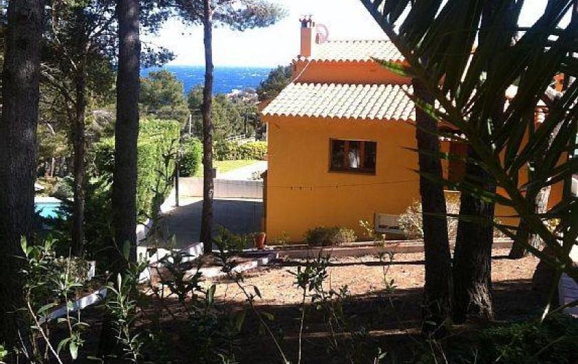 Location de vacances - Villa à Tamariu - Vue partielle de la villa vue du jardin arrière