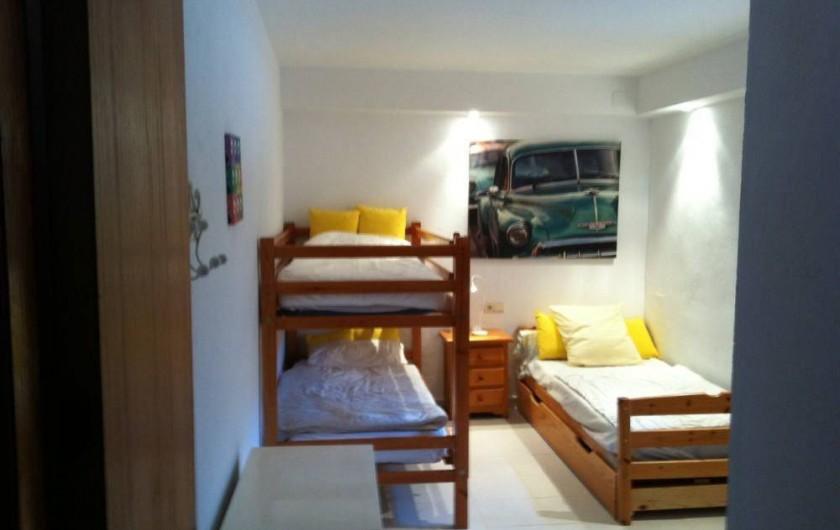 Location de vacances - Villa à Tamariu - Chambre dortoir munie de 2 lits superposés, 1 lit simple avec un lit gigogne
