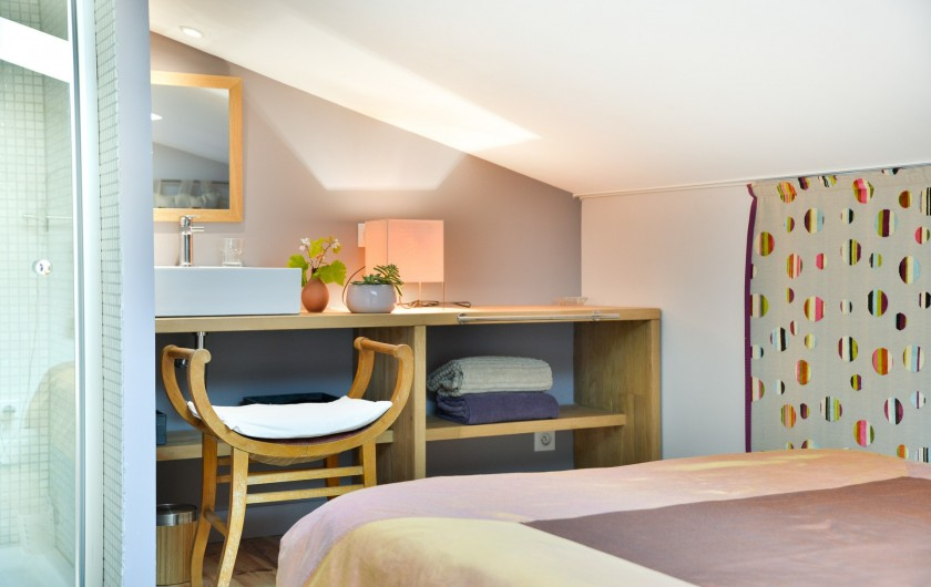 Location de vacances - Gîte à Bourg sur Gironde - chambre parents avec SDB