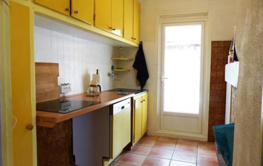Location de vacances - Appartement à Perpignan - cuisine donnant sur cour, coté Ouest