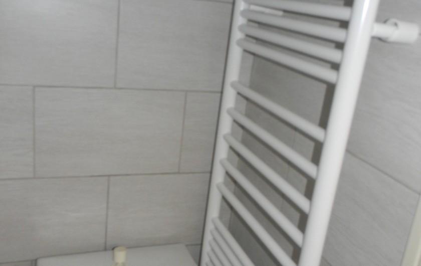Location de vacances - Studio à Cauterets - wc avec radiateur sèche serviette