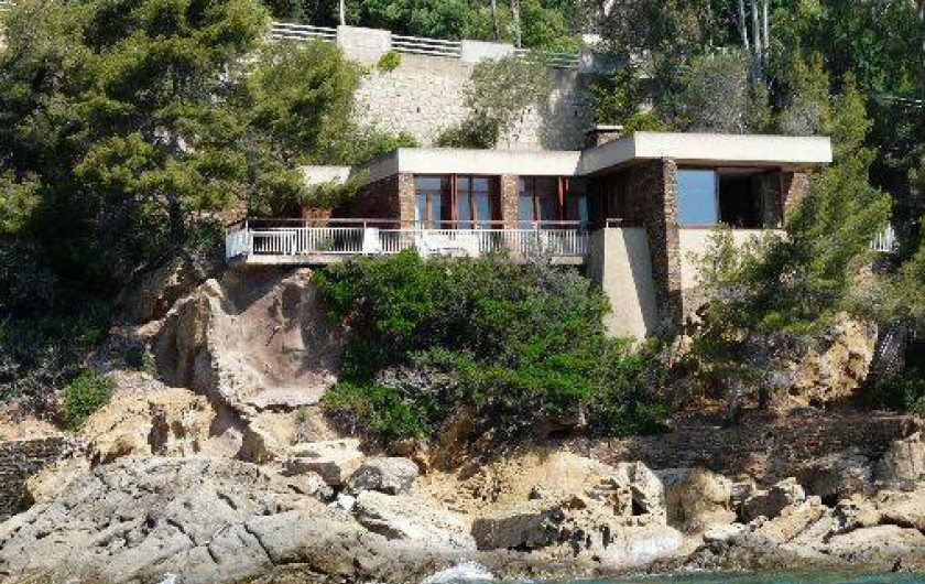villa pos e sur les rochers au lavandou le lavandou. Black Bedroom Furniture Sets. Home Design Ideas