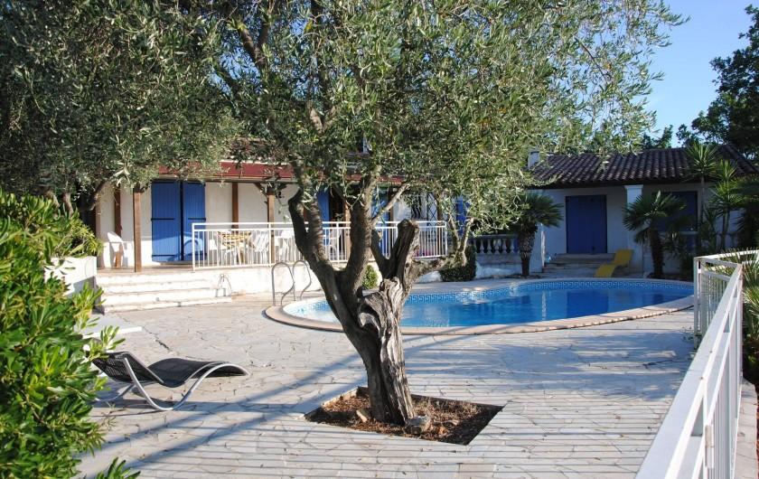 Location de vacances - Villa à Saint-Cézaire-sur-Siagne - vue piscine et maison