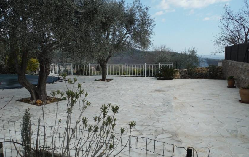 Location de vacances - Villa à Saint-Cézaire-sur-Siagne - terrasse sous oliviers