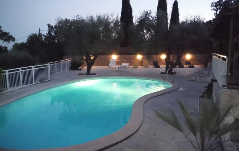 Location de vacances - Villa à Saint-Cézaire-sur-Siagne - piscine le soir