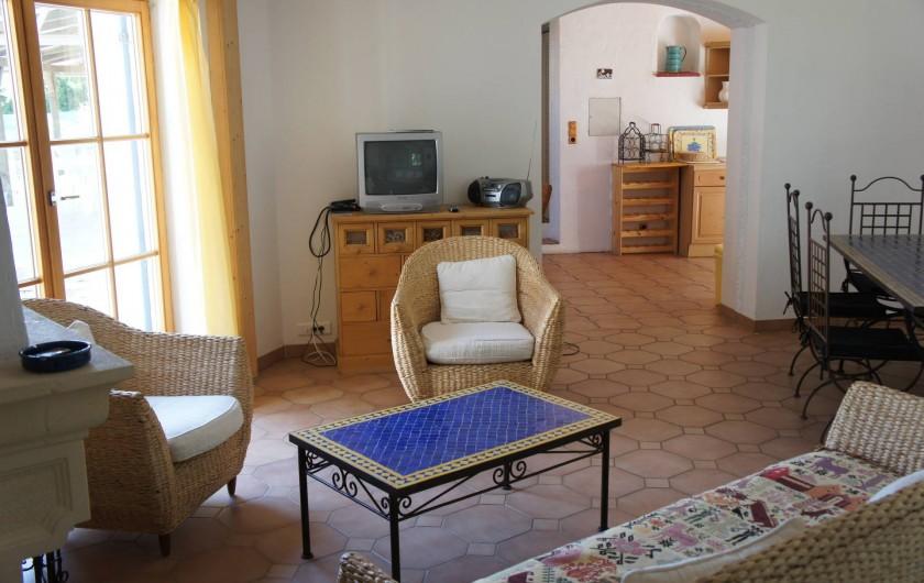 Location de vacances - Villa à Saint-Cézaire-sur-Siagne - salon et cuisine