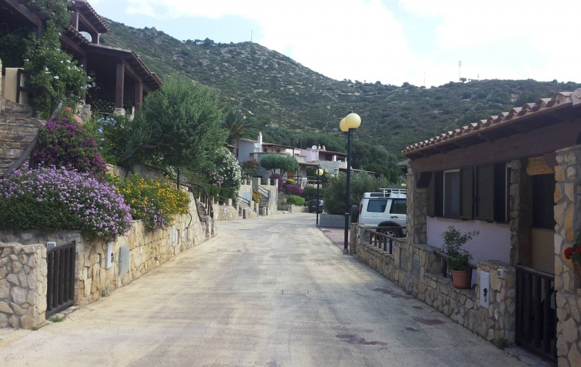 Location de vacances - Maison - Villa à Solanas - Strada che attraversa il villaggio fino al cancello elettrico vicino al mare