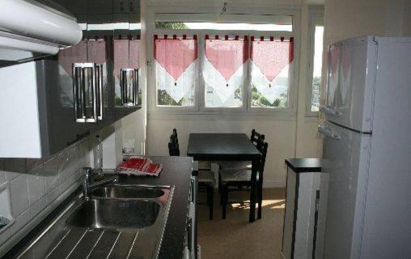 Location de vacances - Appartement à La Rochelle - Cuisine avec table pour petit déjeuner