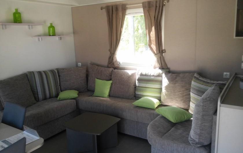 Location de vacances - Camping à Vias - Salon  en intérieur  du Mobil home