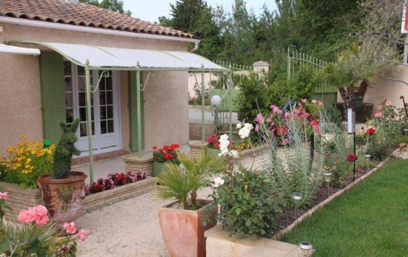 Location de vacances - Villa à Monteux - EXTERIEUR C jardin paysagé et fleurie