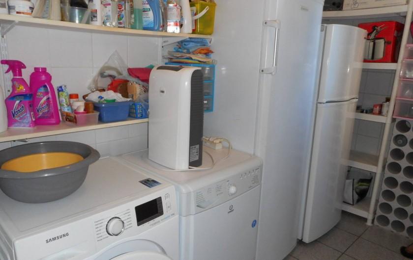 Location de vacances - Villa à Roquebrune-sur-Argens - Cellier lave-linge, sèche linge , congélateur, réfrigérateur