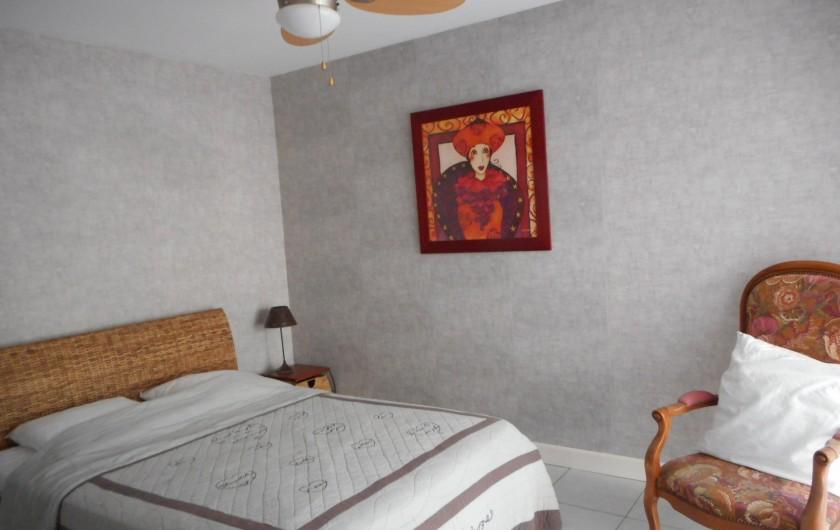 Location de vacances - Villa à Roquebrune-sur-Argens - Chambre logement N°2 en rez de chaussée - baie face piscine