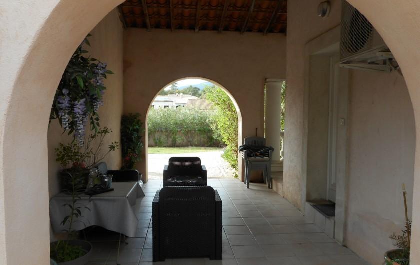 Location de vacances - Villa à Roquebrune-sur-Argens - jardin avant