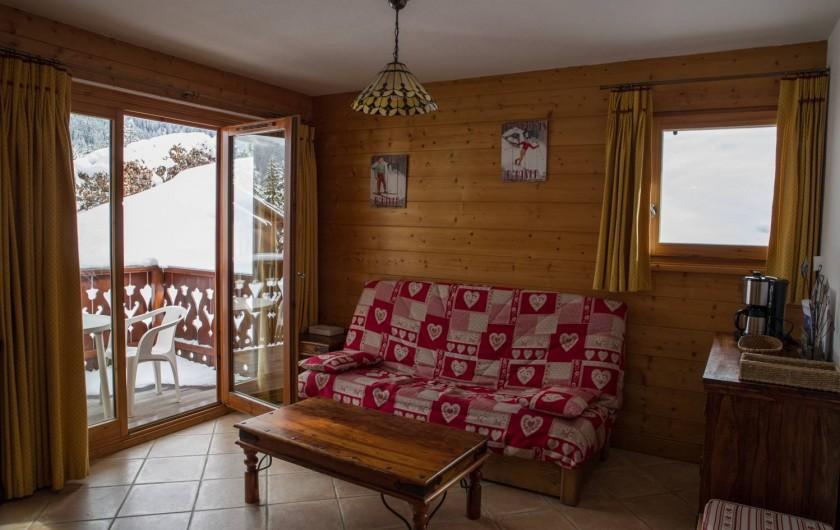 Location de vacances - Appartement à Les Carroz d'Arâches - canapé lit salon + vue sur terrasse