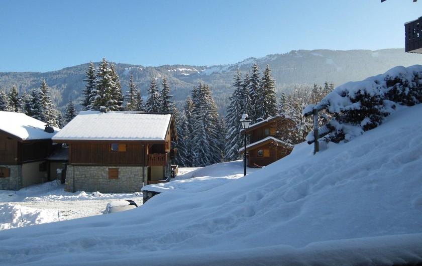 Location de vacances - Appartement à Les Carroz d'Arâches - vue de la terrasse sur chalet résidence