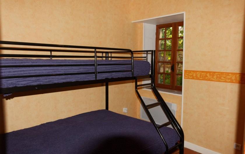 Location de vacances - Gîte à Saint-Victor-et-Melvieu - chambre lit en 140 en bas  et 90 en haut