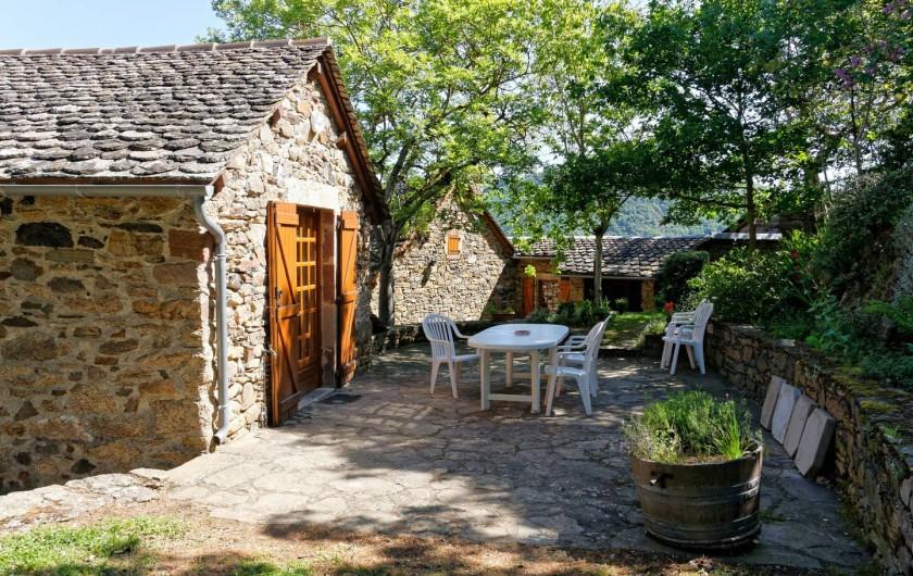 Location de vacances - Gîte à Saint-Victor-et-Melvieu - terrasse très agréable et ombragée devant cuisine