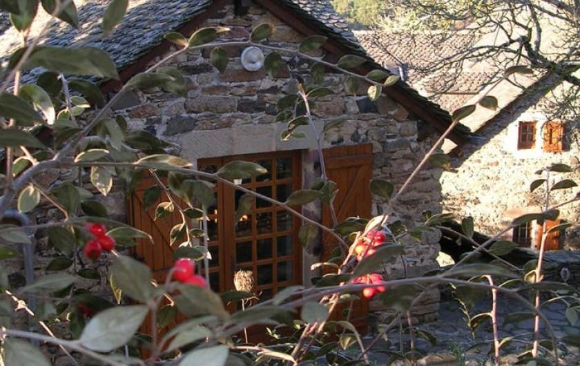 Location de vacances - Gîte à Saint-Victor-et-Melvieu - entrée du haut en hiver