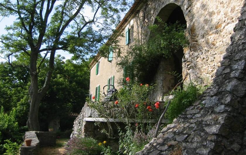 Location de vacances - Mas à Saint-Roman-de-Codières - Façade côté cour