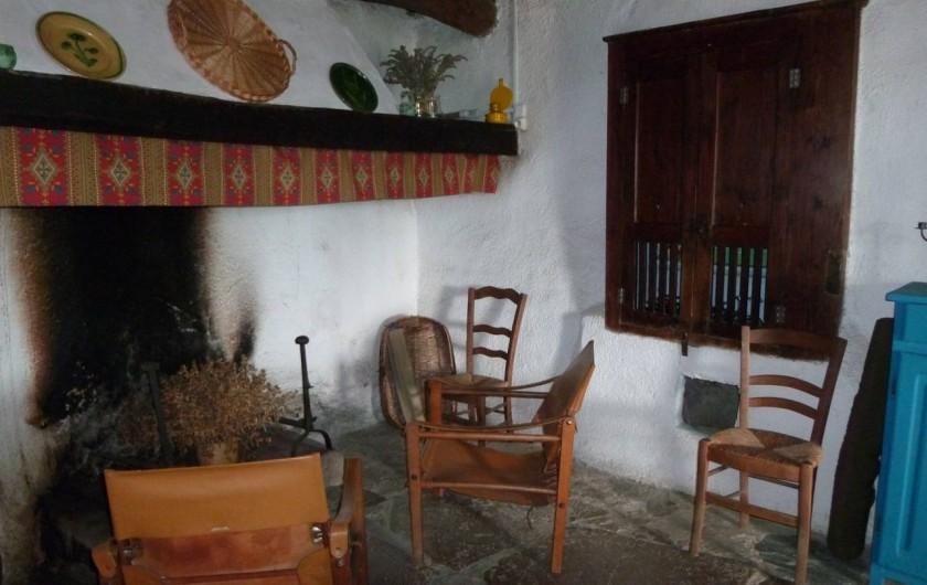 Location de vacances - Mas à Saint-Roman-de-Codières - La salle à manger, coin cheminée