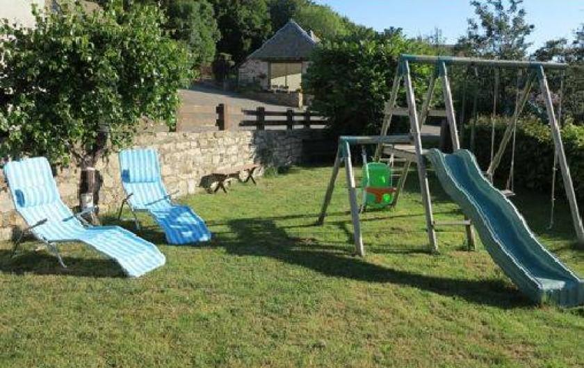 Location de vacances - Gîte à Saint-Pierre-de-Nogaret - terrain avec portique toboggan-balançoire
