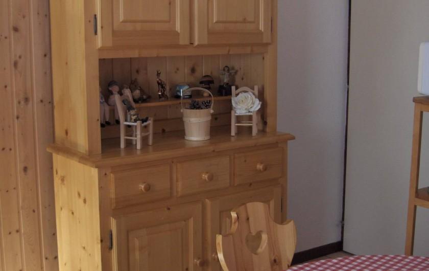 Location de vacances - Appartement à Samoëns - Vaisselier qui contient tout ce qu'il faut