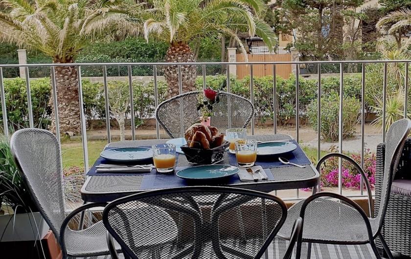 Location de vacances - Studio à Hyères - Petit déjeuner avec vue  sur les palmiers