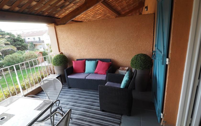 Location de vacances - Studio à Hyères - La grande terrasse, une vraie pièce supplémentaire