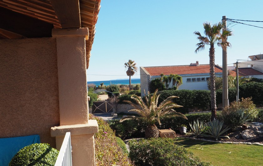 Location de vacances - Studio à Hyères - A gauche la mer...