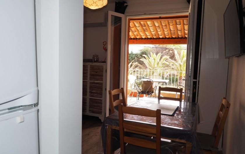 Location de vacances - Studio à Hyères - Entrée, depuis la cuisine déjà vue sur les palmiers