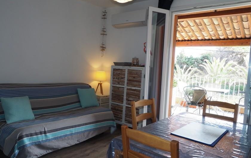 Location de vacances - Studio à Hyères - Pièce principale / grand canapé BZ, vue sur la terrasse