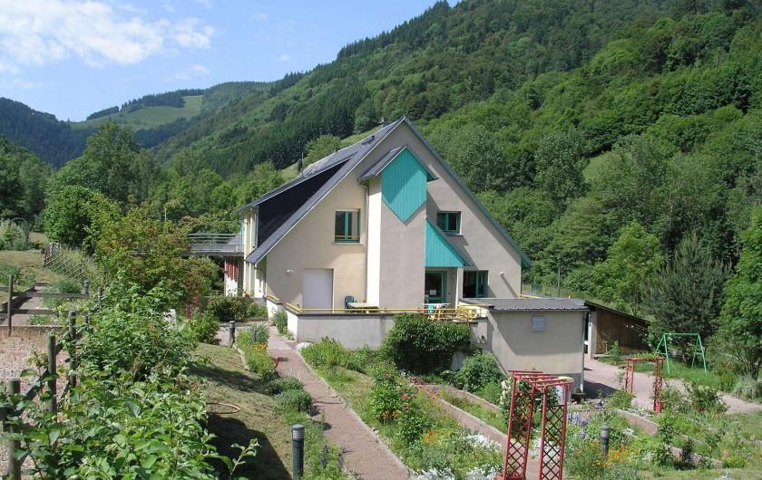Location de vacances - Maison - Villa à Sainte-Marie-aux-Mines - côté terrasse et jardin