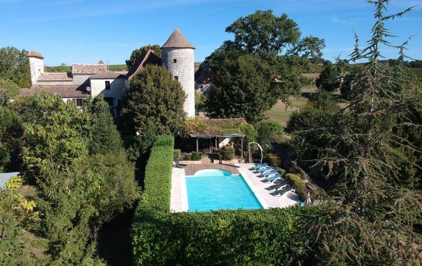 Location de vacances - Château - Manoir à Sadillac - La piscine, sécurisée par une alarme et prévue d'un portail