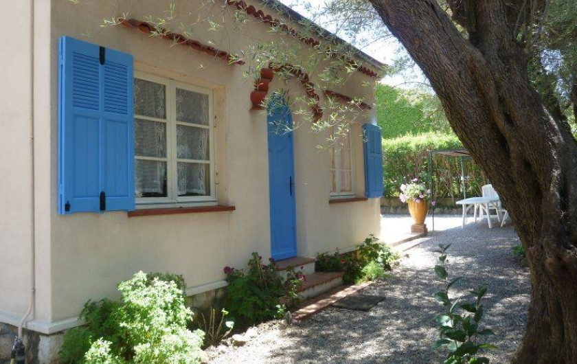 Location de vacances - Villa à Antibes - La façade principale orientée à l'ouest