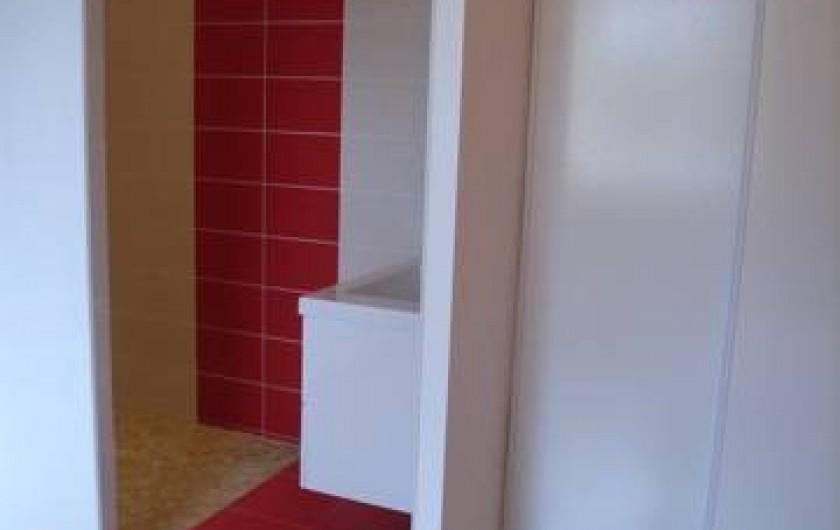 Location de vacances - Maison - Villa à Lanmeur - salle de bain de la chambre 1 avec douche à l'italienne et lavabo