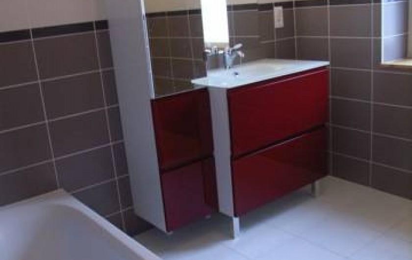 Location de vacances - Maison - Villa à Lanmeur - grande salle de bain avec baignoire et douche à l'italienne