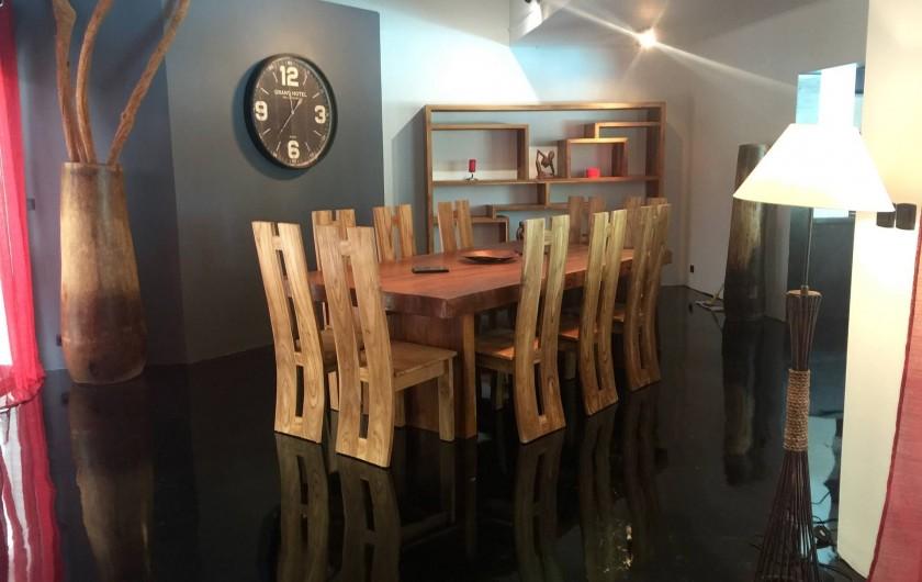 Location de vacances - Villa à Saint-Pierre - Salon avec meubles en provenance de Bali en teck, et résine noir au sol époxi
