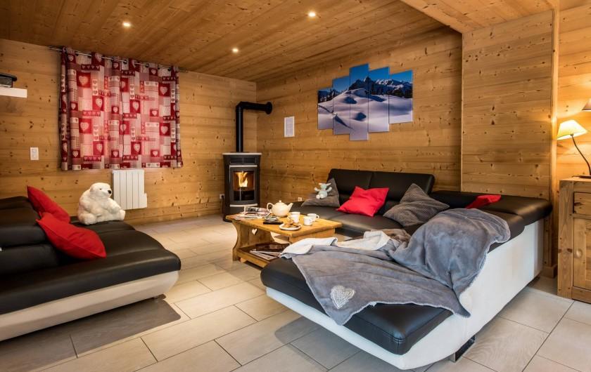 Location de vacances - Chalet à Les Menuires - Chalets-Lacuzon-salon-chaleureux-avec-son-poêle-à granulé
