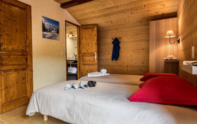 Location de vacances - Chalet à Les Menuires - Chalets-Lacuzon-chambre double avec lits jumeaux et salle de bain