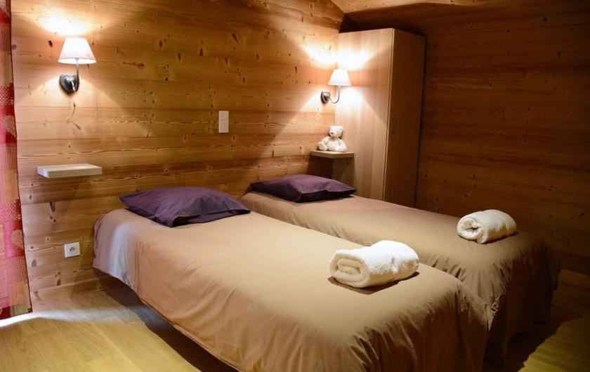 Location de vacances - Chalet à Les Menuires - Chalets-Lacuzon-une chambre-double-avec-balcon-2- lits-jumelables