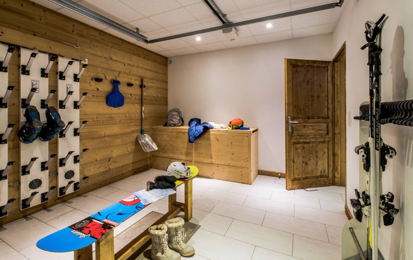 Location de vacances - Chalet à Les Menuires - Chalets-Lacuzon-local-à-ski- avec-séche-chaussures-électrique