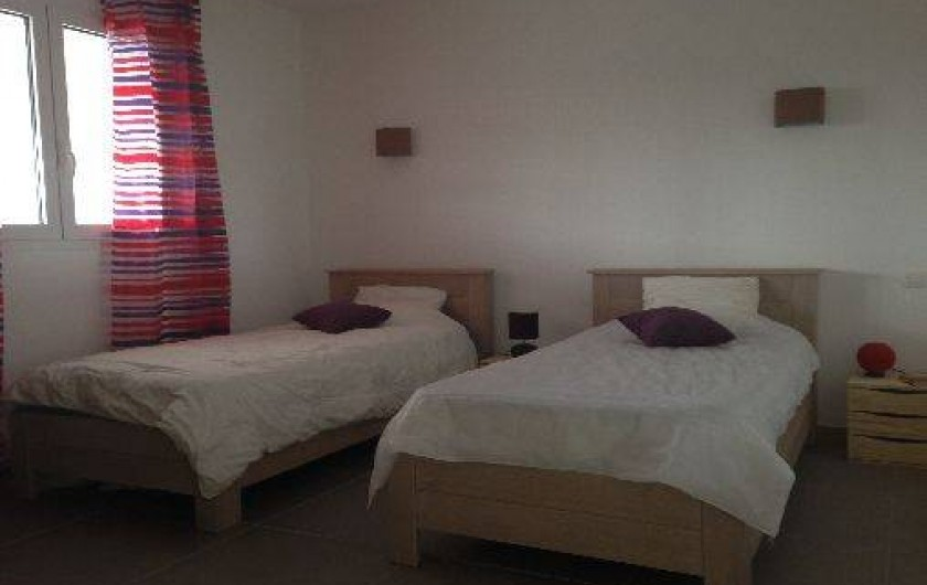 Location de vacances - Villa à Porto-Vecchio - Notre chambre n°2 avec climatisation et grande armoire