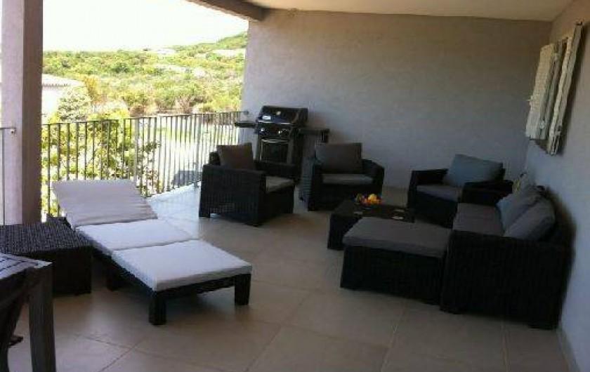 Location de vacances - Villa à Porto-Vecchio - Notre terrasse toute équipée avec barbecue Weber, canapé, transat, fauteuils