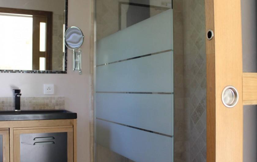 """Location de vacances - Chambre d'hôtes à Bajamont - salle d""""eau belle romaine"""