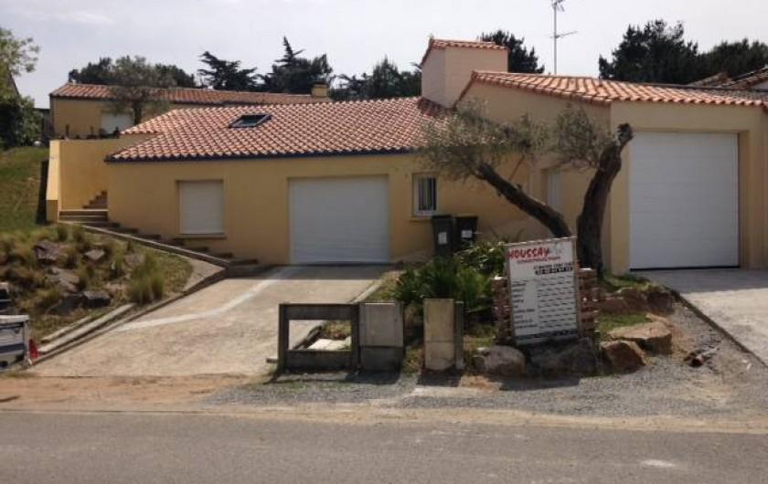 Location de vacances - Villa à Saint-Michel-Chef-Chef - les 2 places de parking devant les garages la maison est au niveau supérieur