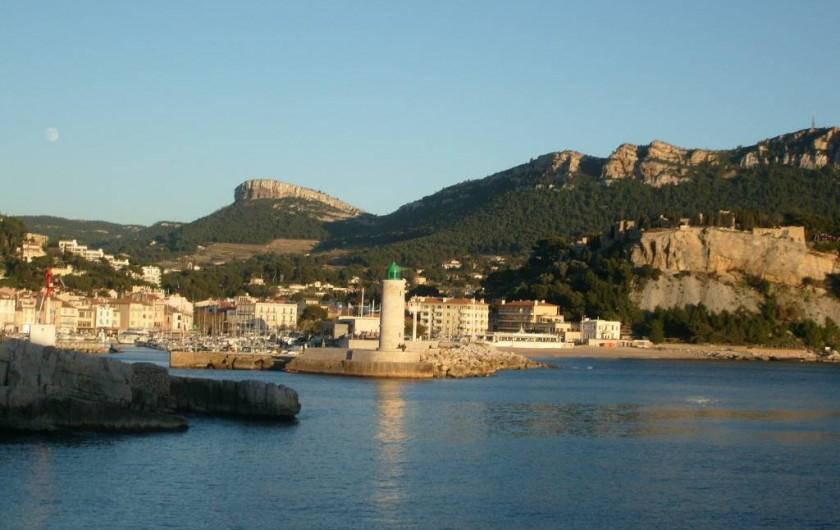 Location de vacances - Appartement à Cassis - Entrée du port , vue prise sur les rochers en face de l'appartement