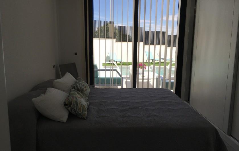 Location de vacances - Villa à San Miguel de Salinas - vue sur la piscine de la chambre du rez de chaussée